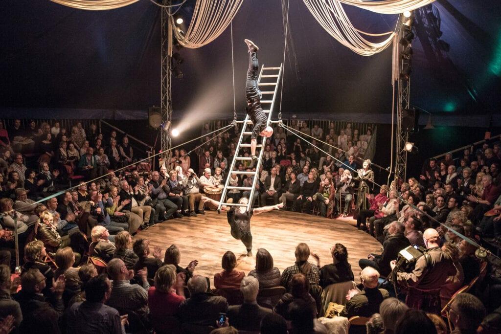 Der große Akt für alle Bühnen! Die Legendäre rotierende Leiter Nummer.